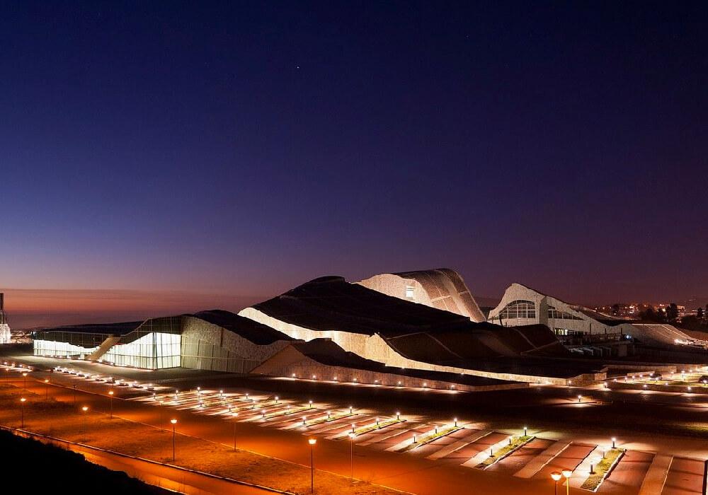 La Ciudad de la Cultura definitivamente debe de estar en el itinerario de tu viaje a Santiago.