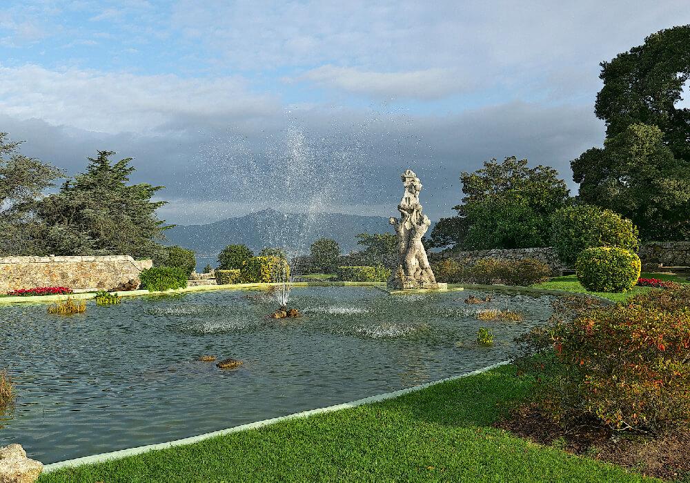 No solo es bello por fuera, si no que en su interior se muestra la belleza de sus jardines y un hermoso estanque.