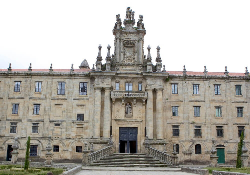 En la ciudad vieja de Santiago no te pierdas el Monasterio San Martín Pinario uno de los más hermosos en su clase.