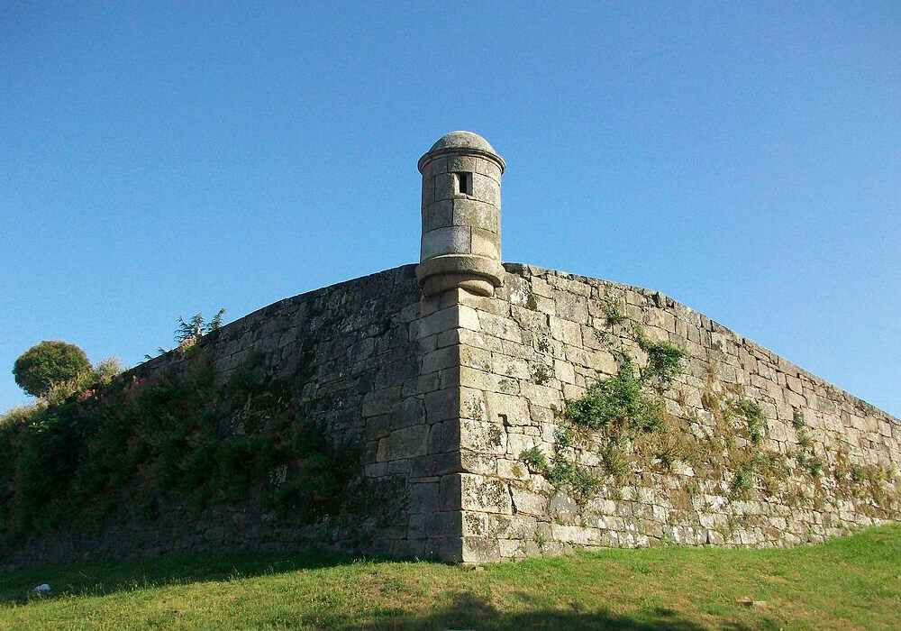 En el Monte Do Castro es dónde se encuentra el Castillo de San Sebastián (Castelo Do Castro).