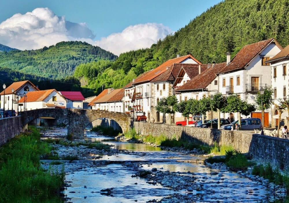 La belleza de Ochagavía es uno de los paisajes más increíbles en tu viaje a Navarra.