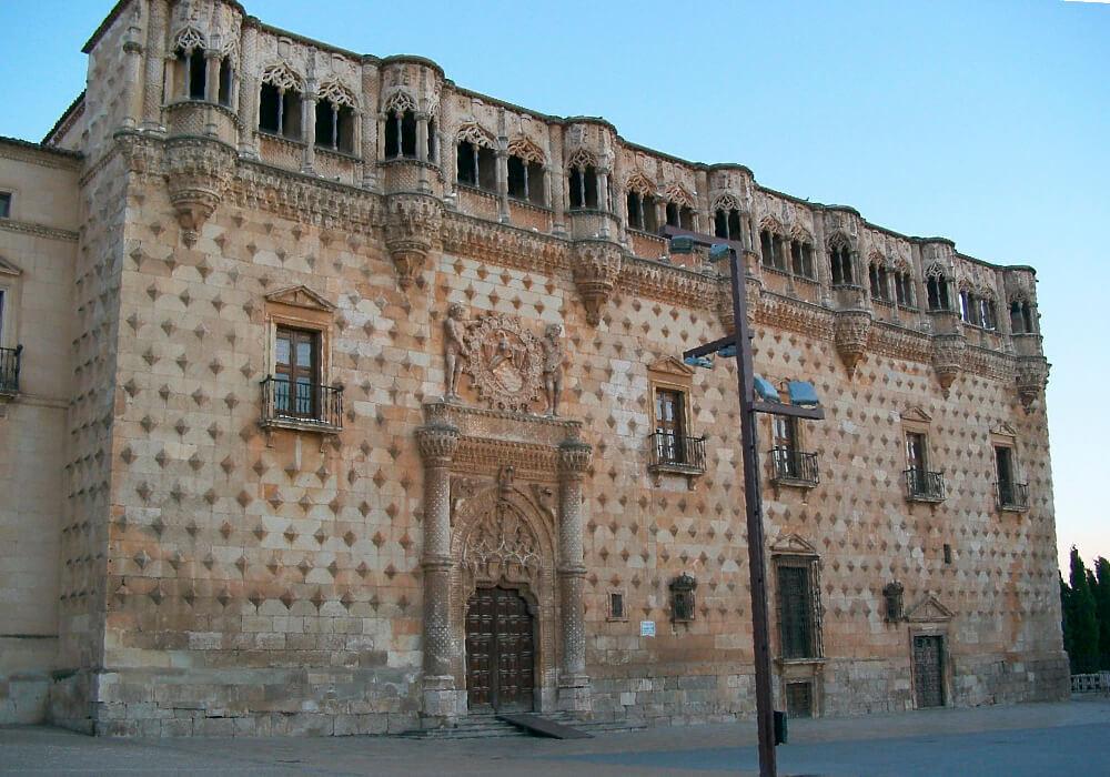 El Palacio de Infantado es sólo un ejemplo de lo que podrás ver en tu escapada en este Puente del Pilar 2020 a los Pueblos Negros.