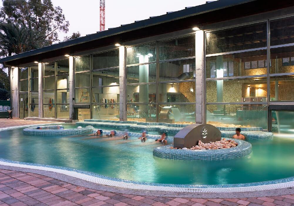 Disfruta las aguas termales del Balneario de Archena.